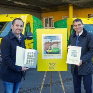 Kreisel und Paul Janacek mit Briefmarke des Projektes Emissionslos